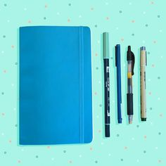 わたしがネットでバレットジャーナルの画像を初めて目にした時は、「何これ?手帳?ノート?日記?スクラップ帳?アイデア帳?」とわけがわかりませんでした。『ほぼ日手帳』が一番近い気がしたので、自分の好きなことを好きなように書き綴っていける手帳なのかな、『ほぼ日手帳』のように『バレットジャーナル』というものがお店に売ってるのかなと思ったり...。これを読んでいる方の中にも、その頃のわたしのように疑問でいっぱいの人がいるのではないでしょうか。 「WTF Is A Bullet Journal And Why Should You Start One? An Explainer(バレットジャーナルって何?なぜ始めるべきなの?説明します!)」という記事では、どんな人にバレットジャーナルが向いているかが説明されていました。 バレットジャーナルが向いている人とは... やることがありすぎな人(TO DOリストには、細かいタスクがいっぱい!) ペンと紙を使って、手書きのTO DOリストを作るのが好きな人 目標がある人、習慣を身に付けたい人…