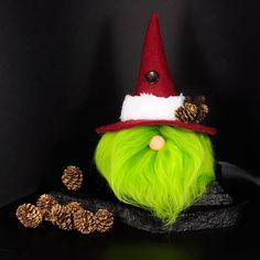 """Gestern hab ich meinen ersten """"Santa-Grinch""""-Wichtel (𝑖𝑐ℎ 𝑛𝑒𝑛𝑛 𝑖𝑛 𝑗𝑒𝑡𝑧𝑡 𝑚𝑎𝑙 𝑠𝑜 ) fertig gestellt... trotz eingeklemmten Ischiasnerv... (auaauaauahhhh) Was sagt Ihr zum """"Grünling""""? #wichtel #gnome #winter #deko #dekoration #handarbeit #weihnachten #nähen Gnome, Grinch, Christmas Ornaments, Holiday Decor, How To Make, Christmas Sewing, Helpful Tips, Handarbeit, Tutorials"""