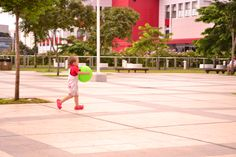 Criança correndo com a bola.