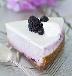 Mustaherukka-jogurttimoussekakku. Ihana täyte moussekakkuun syntyy paksusta kreikkalaisesta tai turkkilaisesta jogurtista. Tee moussekakku ajoissa, sillä sen hyytyminen kestää 12 tuntia. / blackcurrant yogurt mousse cake is just perfect, because it´s not too sweet.