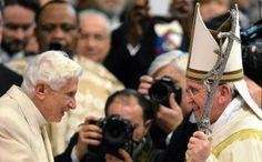 Eläköitynyt paavi Benedictus teki harvinaisen julkisen esiintymisen * Nykyinen ja aiempi paavi Fransiscus (oik.) ja Benedictus (vas.) harvinaisessa yhteisvalokuvassa. * Benedictus, 86, osallistui seremoniaan, jossa hänen seuraajansa paavi Franciscus nimitti uusia kardinaaleja Pietarin kirkossa. Benedictus asuu nykyään munkkiluostarissa Vatikaanissa. Hän on ilmoittanut pysyttelevänsä poissa valokeilasta.