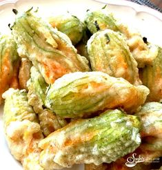 Parmesan Basil Fried Squash Blossoms are filled with a ricotta and Parmesan cheese mixture. Add a fresh herb, coat in a light batter and fry to crispy perfection, and I bet you can't eat just one! Fried Squash Blossoms, Stuffed Squash Blossoms, Zucchini Blossoms, Fried Squash Blossom Recipe, Pumpkin Blossom Recipe, Sauteed Squash, Zucchini Squash, Easy Summer Meals, Easy Meals