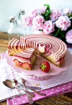 Perinteinen mansikkakakku uudistuu näyttäväksi luomukseksi, kun täytteen kaataa vuokaan spiraaleiksi. Raikas mansikka ja makea kinuski yhdistyvät tässä kesäherkussa vastustamattomasti. Idea kakusta sy Pie Co, Cake Recipes, Dessert Recipes, Sweet Pastries, No Bake Desserts, Let Them Eat Cake, Yummy Cakes, No Bake Cake, Baked Goods
