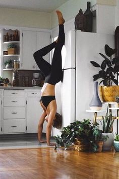 A Short Guide For yoga poses for beginners Yoga Meditation, Yoga Flow, Yoga Girls, Easy Yoga Poses, Yoga Poses For Beginners, Yoga Inspiration, Poses Yoga Faciles, Sunrise Yoga, Beach Sunrise