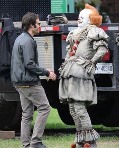 "Bill Skarsgård (in full Pennywise costume) and Bill Hader behind the scenes of ""It Chapter Two"" 🎈 Bill Hader, Movie Memes, Funny Memes, Hilarious, Scary Funny, Scary Movies, Horror Movies, It Movie 2017 Cast, Cantinflas"