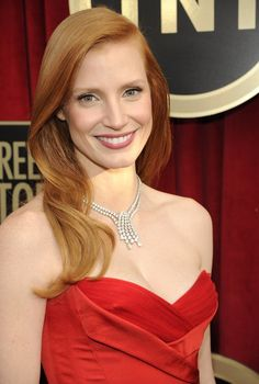 All the colors of this look work perfectly together. With hair this healthy, a simple look speaks volumes (Jessica Chastain at the SAG Awards Redhead Hairstyles, Cool Hairstyles, Japanese Hairstyles, Korean Hairstyles, Jessica Chastain, Red Carpet Hair, Kelly Osbourne, Sag Awards, Loose Curls
