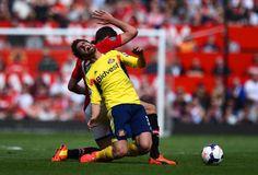 Fabio Borini of Sunderland is brought down by Michael Carrick  ギャッ