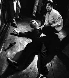 robert kennedy   Robert Kennedy ya mortalmente herido, sostenido por Juan Romero.