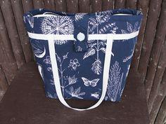 Moderní víceúčelová kabelka - taška přes rameno pro nakupování, dovolenou k vodě nebo do přírody. Kabelka šitá k nošení přes rameno, ale pohodlné je i nošení v ruce. Kabelka ušitá ze tří vrstev - bavlna - vyztužená ronarfixem a vnitřní podšívka s kapsičkama. Páskové zapínání na knoflík. Vhodné pro