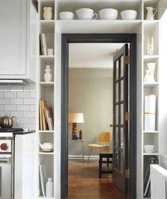 Стену вокруг двери тоже можно использовать с толком. Маленькие полочки по периметру дверного проёма решают вопрос с хранением посуды или книг — хотя бы частично