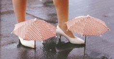 Deze uitvinding vind ik toch wel redelijk nutteloos.. paraplu zodat je voeten niet nat worden. Zelf ook creatiever worden? www.ympossible.nl