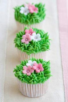 Cupcakes con pequeñas flores - alegres, dulces y divertidas