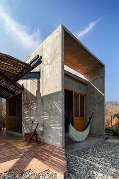 La pratique mexicaine Espacio 18 Arquitectura a conçu une maison en béton sur la plage de Zapotengo à Oaxaca, avec deux ailes orientées pour suivre le lever et le coucher du soleil. Le design minimaliste « intemporel » a été créé comme une réflexion sur les nécessités de la vie. Les architectes ont été inspirés par la petite cabane que l'écrivain et philosophe américain David Thoreau a conçu pour lui-même dans le Massachusetts. Aménagés avec un plan papillon, les deux blocs de la maison... Building Process, Archdaily Mexico, Toad House, Journal Du Design, Rest House, Internal Courtyard, Kitchens And Bedrooms, Concrete Counter, Concrete Structure