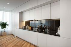 Die schwarze Farbe für die Küchenrückwand dient als Kontrast