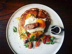 Τα 10+3 καλύτερα brunch της Αθήνας - www.olivemagazine.gr Sausage, Toast, Brunch, Restaurant, Breakfast, Food, Places, Morning Coffee, Sausages