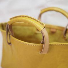 船型のトートバッグ / イエロー Leather Bag Tutorial, Leather Wallet Pattern, Sewing Leather, Leather Clutch, Leather Purses, Leather Handbags, Leather Bags Handmade, Leather Accessories, Leather Handle