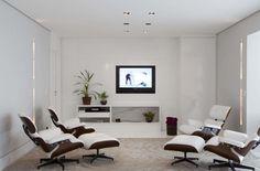 Sala de TV moderna e iluminada.   https://www.homify.com.br/livros_de_ideias/31002/7-salas-de-tv-incriveis-para-a-sua-casa
