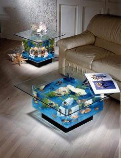Que tal trazer mais vida para sua decoração? Aquários podem se tornar lindas mesas de centro.