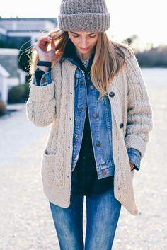 Jeans + sueter negro + chaqueta de jeans + chaleco beige + gorro de lana gris