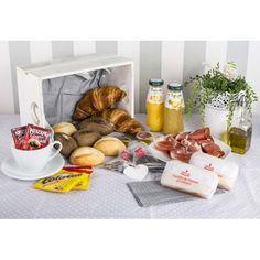 Desayuno español a domicilio en Madrid.  Pan, aceite, jamón serrano y tortilla española, son los elementos presentes en la cultura de un buen desayuno español.