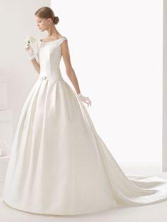 Vestido de novia Ball Gown y cola en otomán, cuello bandeja, manga sisa