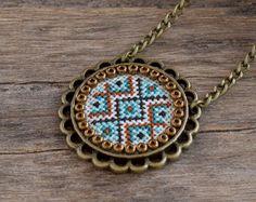 Cruz puntada collar, colgante bordado del firebrick de menta Esmeralda, bordado de joyas, cruz puntada joyería, collar geométrico textil