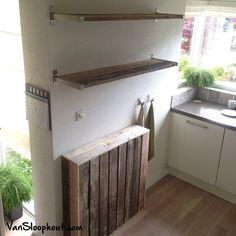 Radiator ombouw en planken van sloophout in de keuken. #sloophout #keuken #radiator
