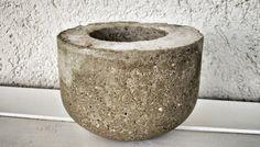 Maceta de cemento natural con base móvil
