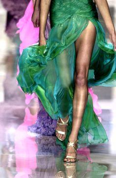 Versace at Milan Fashion Week Spring 2004 - Details Runway Photos Jeanne Lanvin, Runway Fashion, Fashion Beauty, Fashion Tips, Milan Fashion, Dolly Fashion, Women's Fashion, Fashion Outfits, Elie Saab