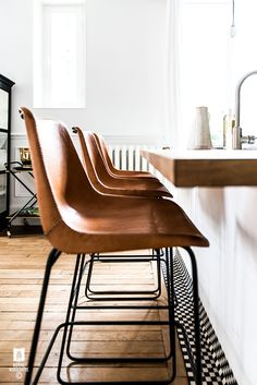 super ideas for kitchen vintage floor bar stools Bar Interior Design, Home Interior, Home Design, Design Ideas, Kitchen Interior, Metal Chairs, Bar Chairs, Dining Chairs, Dining Room