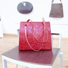 Bag model 'Agatha small' red floral calfskin | © Anke Runge Berlin