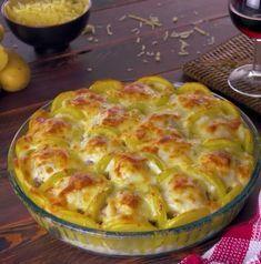 Rada upp potatis och köttbullar i en form. Egg Recipes, Potato Recipes, Snack Recipes, Dinner Recipes, Cooking Recipes, Snacks, My Favorite Food, Favorite Recipes, Good Food