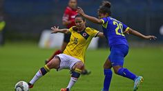 Colombia's Ligia Moreir (L) vies for the ball with Ecuador's Andrea Pesantes during their Women's Copa America 2014 football match at Ruminahui stadium in Sangolqui, Ecuador, on September 26, 2014. AFP PHOTO / Rodrigo BUENDIA