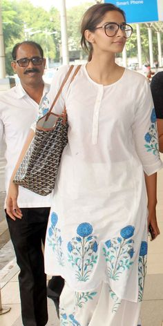 Sonam Kapoor spotted at the Mumbai airport. You have this exact outfit but in pink from the SEWA store back when I worked there! Kurta Designs, Blouse Designs, Sonam Kapoor, Indian Attire, Indian Wear, Indian Dresses, Indian Outfits, Kurti Styles, Bollywood Fashion