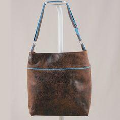 Patron sac Flo. Sac à réaliser en simili cuir. Sa silhouette urbaine est rehaussée de petites touches contrastées sur le corps du sac et la bandoulière.                                                                                                                                                                                 Plus
