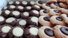 Le fossette golose sono biscottini molto golosi Si possono fare sia neri ripieni di cioccolato bianco sia bianco ripieni di cioccolato fondente