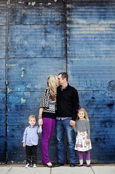 50 Beautiful Family Photo Ideas - I like nearly every single image on this list!--black mixed with color and urban type of background. Family Shoot, Family Photo Sessions, Family Posing, Family Portraits, Posing Families, Couple Shoot, Family Photo Colors, Family Picture Outfits, Urban Family Photos