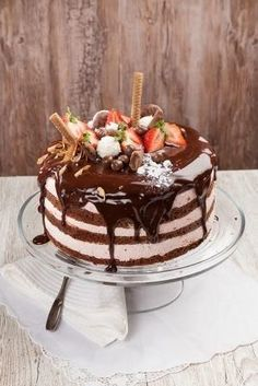 Dripped suklaa-mansikkakakku Chocolate Treats, Chocolate Lovers, Chocolate Recipes, Sweets Recipes, Cake Recipes, Desserts, Just Eat It, Cake Decorating, Decorating Ideas