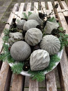 Fru Pedersens have: DIY Beton julekugler.Christmas tree ornaments filled with concrete. Great outside Christmas display. Concrete Crafts, Concrete Art, Concrete Garden, Concrete Projects, Garden Crafts, Garden Projects, Garden Art, Garden Design, Garden Ideas