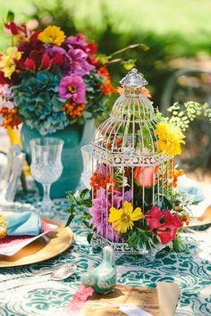 garten hochzeit frühling tischdeko vogelkäfig blumen befüllt