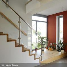 Treppe mit Holzbelag in Einfamilienhaus …