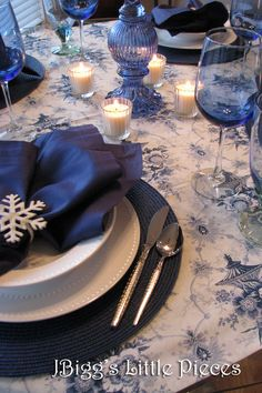 JBigg's Little Pieces: Winter Blues and a Blue and White Tablescape Christmas Dining Table, Christmas Table Settings, Christmas Tablescapes, Holiday Tables, Blue Placemats, Silver Christmas Decorations, Blue Candles, Decoration Table, White Christmas