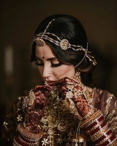 31 Gorgeous Bridal Poses To Save For A Tasteful Wedding Album South Indian Bridal Jewellery, Indian Wedding Jewelry, Bridal Jewelry, Indian Jewelry, Royal Indian Wedding, Indian Bridal Outfits, Indian Bridal Fashion, Bridal Dresses, Bridal Poses