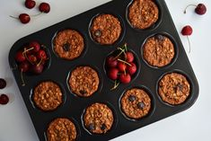 Oat based, chocolaty and vegan! The perfect to go breakfast, between oatmeal bites and muffins, making a delicious and healthy treat for busy people. Oatmeal Bites, Healthy Breakfast Muffins, Healthy Treats, Health And Nutrition, Sweet Recipes, Easy Meals, Snacks, Vegan, People