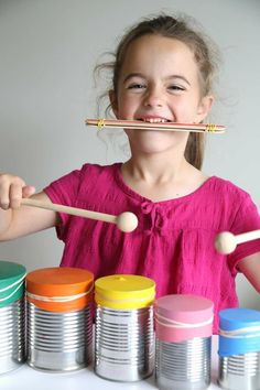 diy kinder musikinstrumente basteln aus müll trommel aludosen luftballons Diy children's musical instruments tinker from garbage drum Aludosen balloons This. Drums For Kids, Drum Lessons For Kids, Making Musical Instruments, Homemade Instruments, Cute Diy Crafts, Diy For Kids, Crafts For Kids, Toddler Crafts, Drum Craft