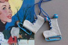 Ok, de Wanter ass nach net eriwwer, mee am Ament gesäit et schlecht aus wat de Schnéi ugeet. Fir trotzdem e bësschen a Wanterstëmmung ze kommen, schreiwen ech haut einfach mol eppes iwwer Schlittsc… Hobbies For Kids, Hobbies And Crafts, Crochet Keychain, Crochet Necklace, Felt Ornaments, Christmas Ornaments, Washi Tape Storage, Textiles, Ice Skating