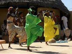 Tres interessant pour les eleves:  La lutte, sport qui prime, avec les petits enfants qui apprennent des le bas age. Afrique Traditions Sénégalaises danse Sabar lutte sportive Sénégalaise - YouTube