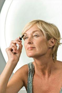 Découvrez quelques astuces maquillage simples pour masquer les petites imperfections dues à l'âge et paraitre 10 ans de moins.