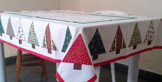 Toalha de mesa em algodão com estampas variadas. Arvores de Natal em verde e vermelho, ou floral vermelho.