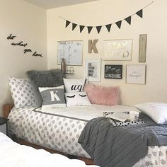 Girl Room Decor Ideas - How can I decorate my girl's bedroom on a budget? Girl Room Decor Ideas - What should a teenager put in their room? Dorm Room Walls, Cute Dorm Rooms, Diy Dorm Room, Bed Room, Dorm Room Beds, Girl Dorm Rooms, Kids Rooms, Diy Room Decor For College, Dorm Room Bedding